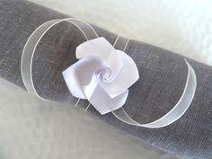 Ronds de serviette en origami pour mariage - rose blanche en papier - ruban organza ivoire - décoration table : Cuisine et service de table par papierelief