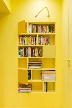 Boekenkast en muur in kleur #geel. Gebruik hiervoor bijvoorbeeld schrobvaste #muurverf van Sigma. Voor het houtwerk kies je acrylverf in hoog- of zijdeglans.