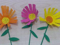 Flores con vasos desechables