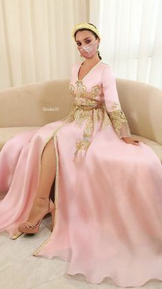 Morrocan Fashion, Oriental Fashion, Dress With Shawl, Moroccan Caftan, Gowns For Girls, Pakistani Bridal Dresses, Black Prom Dresses, Caftan Dress, Fantasy Dress