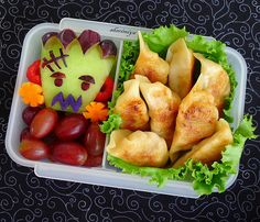 This woman at HappyLittleBento is absolutely a hero of mine. She makes these cute little bento's for her kids every single day!!! I would have a great day everyday if my lunch was always so freaking cute :)))