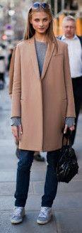 пальто с кроссовками