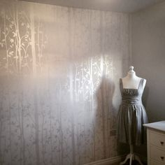 Cottonwood white wallpaper - Laura Ashley, First date dress - Topshop, Dress form - Santa ❤️ White Wallpaper, Wallpaper Bedroom, Bathroom Wallpaper, Hallway Ideas Diy, Bathroom Wall Decor, Bedroom Redesign, Room Inspiration, Small Decor, Country Wall Decor