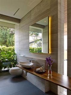 Nur ein Blick auf die Fotos dieser topmodernen Villa genügt, und man weiß, dass man sich bei der Planung von der asiatischen Architekturgeschichte inspirieren ließ. Kein Wunder, zu finden ist dieser zweistöckige Prachtbau in Singapur. Für das Design zeichn