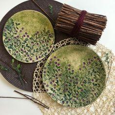 Набор посуды 'Черника' изготовлен из бежевой глины вручную. Декорирование цветными ангобами и фиолетовой глазурью. Состоит из тарелки диаметром 21 см, тарелки диаметром 24 см