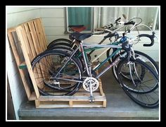 Hacks - Make a Pallet Bike Rack. Have old pallets that you need to get rid of? Why not make a bike rack to get your garage organized? Pallet Bike Racks, Diy Bike Rack, Bicycle Rack, Bicycle Stand, Bike Holder, Bike Stands, Tv Stands, Outdoor Pallet Projects, Pallet Crafts