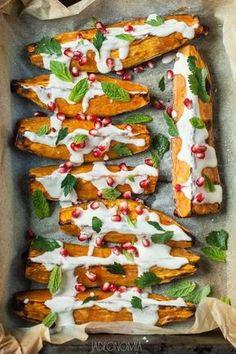 Pieczone bataty z sosem tahini  http://www.jadlonomia.com/2014/04/pieczone-bataty-z-sosem-tahini.html