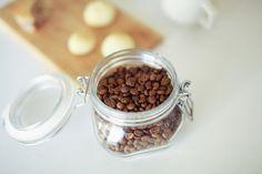 手網を使ったコーヒーの自家焙煎焙煎にハマること1年。 やっと最近、これは!まさに!と思える味が外さずに作れるようになって来たので、 幾度となく記事にしてきた手網焙煎の方法をまたもやバージョンアップさせたいと思います。 そろそろサードウェーブコーヒーという言葉も死語になる頃かと思いますが、 本日は家庭用コンロでサードウェーブ的な浅煎りコーヒーを作っちゃう方法をご紹介します。 コンロと網さえあればビックリするほど美味しいコーヒーが飲めてしまう、手網焙煎入門です。