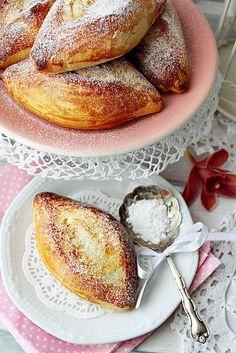 Ez a kis csepp alakú kalácska, a Fidzsi-szigeteken közkedvelt reggeli péksütemény. Ez élesztővel készül, de van egy... Bread Recipes, Cake Recipes, Cooking Recipes, Hungarian Recipes, Creative Cakes, Bread Baking, Cake Cookies, Baked Goods, Food Porn