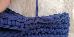 Using t-shirt yarn, you can make very elegant handbags in different designs and sizes. In this tutorial you can learn how to crochet a bag step by step. Bag Pattern Free, Crochet Basket Pattern, Crochet Patterns, Crochet Handbags, Crochet Bags, Crochet T Shirts, T Shirt Yarn, Learn To Crochet, Free Crochet