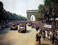 """* Tropas francesas com o General Charles de Gaulle, no """"Arco do Triunfo"""", após a libertação de Paris. * 26/Agosto/1944."""