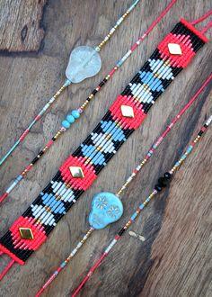 Style boh chic et graphique pour ce bracelet manchette tissé en micro macramé et perles japonaises miyuki delica. Conçu et réalisé en France, bijoux de créateur français. Expédiées dans une pochette en tissu fait main. Parfait pour un cadeau. Pour vos cadeaux, je peux ajouter une carte de vœux, ainsi quun message. Me contacter au moment de la commande. Envoi gratuit avec suivi en France. Bracelet précieux, tissé à la main, en fil polyester couleur rose fluo / néon, et perles de rocai...