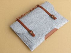 I like the way the top handle connects the straps that keep it closed. Great idea! :: felt laptop sleeve by DreamYuan