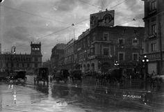 Tráfico de carruajes y automóviles en una de las calles aledañas al Zócalo. Ciudad de México, 1917. Imagen: Archivo Manuel Ramos