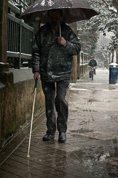 El cuento de la indiferencia: Nunca le importó la opinión de los demás. Era sordo. También ciego. - Paulina Correa-