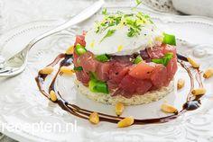 Deze tartaar van verse tonijn met ricotta, balsamico en pijnboompitjes is een prachtige start van je (kerst)diner. De tartaar heeft door de toevoeging van ricotta en balsamico een heerlijk zomers Mediteraan tintje. Gebruik tonijn van goede kwaliteit voor dit gerechtje. Bestel het bijvoorbeeld van de voren bij de visboer. Eetsmakelijk!