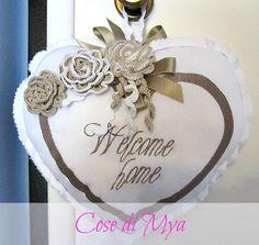 Cuore in piquet di cotone con applicazioni di rose crochet.