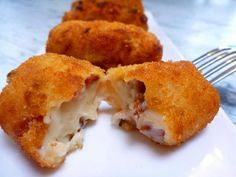 Creamy, smooth and very tasty croquettes. Croquetas are a sure hit as an appetizer or an afternoon snack with a glass of beer or wine. I Love Food, Good Food, Les Croquettes, Spanish Tapas, Spanish Food, C'est Bon, Finger Foods, Cake Recipes, Cooking Recipes