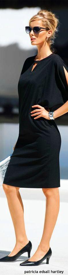 Vestido negro de líneas simple y muy sensual.