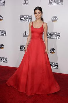November Selena attending the 2016 American Music Awards in Los Angeles, California Alex Russo, American Music Awards, Dresses For Teens, Sexy Dresses, Prom Dresses, Selena Gomez Red Carpet, Red Dress Makeup, Dress Red, Justin Selena