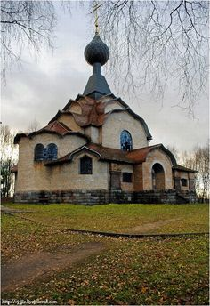 Beautiful abandoned church in the nearly abandoned village of Flyonovo, Russia. In 2007 only 27 people lived there Abandoned Churches, Old Churches, Abandoned Mansions, Abandoned Places, Russian Architecture, Beautiful Architecture, Beautiful Buildings, Architecture Religieuse, Cathedral Church