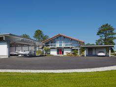 Ein Feriendomizil zum Abheben – HUF Haus mit Flugzeughangar an der französischen…