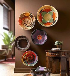 ARTE EM QUALQUER LUGAR | qualquer espaço da casa pode receber arte, até um cantinho na parte inferior da parede da sala. #Inspire-se #Arte #ArtenaDecoração #TecnisaDecor #Tecnisa Foto: Decozilla