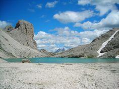 Lago di Antermoia - Tappa del Dolomiti Trek King, tour in alta quota da rifugio a rifugio Antermoia Lake - Stage of the Dolomiti Trek King, hiking from refuge to refuge