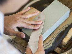 包丁の正しい研ぎ方を、老舗「木屋」が解説。砥石の使い方、包丁の動かし方、研ぎ終わりの目安など、わかりやすく紹介します。