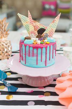 Drip Cake de limón y coco sobre stand para tartas rosa En este vídeo os mostraré cómo hacer una drip cake de colores superdivertida, deliciosa y que siempre queda bien para celebraciones como los cumpleaños. Las tartas drip cake destacan por la ganache superior que cae en forma de gotas por los laterales de la tarta. Y también por sus colores llamativos y la decoración tan apetecible en la parte superior. Realmente decorarlas es lo más sencillo del mundo, ya que podemos utilizar galletas o…
