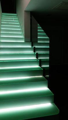 Escaleras de cristal retroiluminadas. Diseño de interiores realizado por AZ diseño.