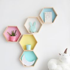 Nordic Style Nursery Kids Room Decoration Shelf Wooden Pink White Honeycomb Hexagon Shelves for Baby Child Bedroom Dekoration Pink Shelves, White Shelves, Storage Shelves, Storage Rack, Wall Shelves Design, Floating Wall Shelves, Wall Mounted Shelves, Kids Wall Shelves, Kids Shelf
