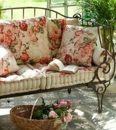 Shabby Chic Home Decor Decoration Shabby, Shabby Chic Decor, Rose Cottage, Cottage Style, Farmhouse Style, Garden Cottage, Cottage Chic, Outdoor Rooms, Outdoor Living