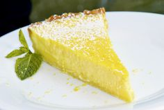 Lemon tart with crème Zitronentarte mit Crème fraîche A refreshing and fruity cake that can be served well with coffee or as a dessert. Fancy Desserts, Lemon Desserts, No Bake Desserts, Dessert Recipes, Dessert Simple, Oreo, Lemon Cheese, Mousse Dessert, Coffee Dessert