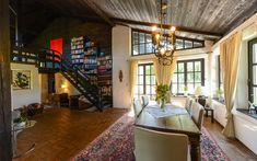 Sehr gediegen präsentiert sich der großzügige #Wohnraum mit #Galerie.