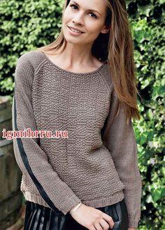 Коричневый пуловер-реглан с «молниями» на рукавах. Вязание спицами