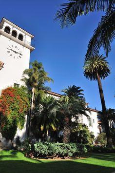 カリフォルニアのロサンゼルスから日帰りで行ける距離にある「サンタバーバラ」。スペイン調の町並みは訪れた人を虜にする美しさを秘めています!美しい海と山に囲まれたこの街の魅力をご紹介します!
