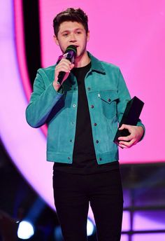 Niall with his award at the iHeartradio Music Awards! ❤