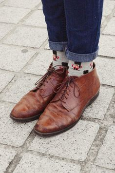 brogues, denims and animated socks Oxford Shoes Outfit, Dress Shoes, Dress Clothes, Mode Shoes, Man Dressing Style, Simple Shoes, Paris Mode, Cool Socks, Silly Socks