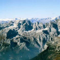 Adamello - Brenta Geopark, Le Dolomiti di Brenta in primo piano e sullo sfondo il massiccio dell'Adamello