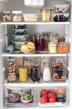 Inspiration for a plastic free fridge from 😍. Are you transitioning to reduce waste in your fridge/kitchen? Share your tips below! 📸: (reposted with permission) 🌿💚 Source Y Not Freakin' Recyclable Home - - Refrigerator Organization, Pantry Organization, Organized Fridge, Organizing, Healthy Fridge, Healthy Desserts, Healthy Foods, Kitchen Design, Kitchen Decor