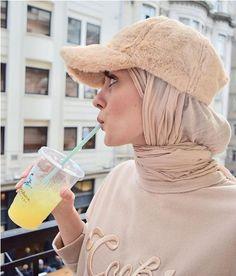 How to accessorize your hijab in winter How to accessorize your hijab in win Tesettür Ayakkabı Modelleri 2020 Modern Hijab Fashion, Street Hijab Fashion, Tokyo Street Fashion, Hijab Fashion Inspiration, Muslim Fashion, Modest Fashion, Fashion Outfits, Fashion Dolls, Hijab Elegante