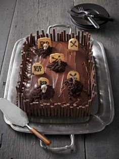 A Blissful Nest shares the yummiest and scariest Halloween desserts out there! Get recipes and ideas for your Halloween party. Bolo Halloween, Halloween Torte, Pasteles Halloween, Recetas Halloween, Dessert Halloween, Halloween Graveyard, Halloween Goodies, Halloween Food For Party, Graveyard Cake