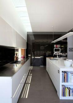 Küche weiß modern schwarze Küchentheke Stauraum