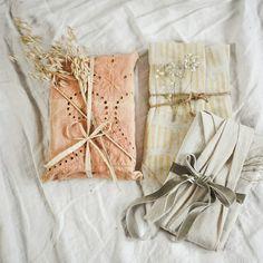 Die einfachste Möglichkeit Geschenke nachhaltig zu verpacken ist sie in Zeitungspapier einzuwickeln. Ein buntes Band darum und fertig. Es kann unglaublich einfach sein, Geschenke nachhaltig und kostengünstig zu verpacken. Noch mehr Ideen wie du Geburtstagsgeschenke nachhaltig verpacken kannst findest du jetzt auf dem Blog. Sustainable Gifts, Gift Wrapping, Recycling, Wraps, Throw Pillows, Band, Eco Friendly, Motivational Quotes, Packaging
