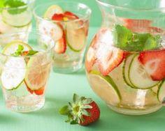 Eau détox fraises et concombre : http://www.fourchette-et-bikini.fr/recettes/recettes-minceur/eau-detox-fraises-et-concombre.html
