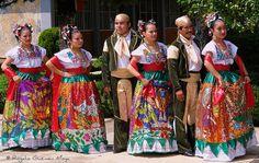 Chinas y Chinacos esperando turno, Mexico