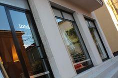 Sede dello studio di progettazione Idea. Le vetrine di via Rizzo a Pesaro. www.marcellogennari.it