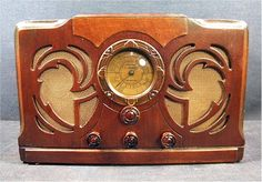 This is one of the most Deco radios I have ever seen. Made by Packard Bell in their Los Angeles factory, few of these deluxe sets were made. The radio. Vintage Tv, Vintage Antiques, Vintage Items, Art Deco, Art Nouveau, Radio Record Player, Record Players, Tvs, Retro Radios