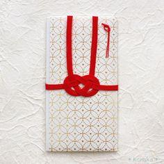 純白の和紙に縁起の良い「七宝繋ぎ」の文様が箔押しされた祝儀袋。職人の手作業で丁寧に押された箔は華やかなで凛と輝き、真っ赤なあわじ結びの水引が引き締めて、上品な落着きを感じます。円満で穏やかな暮らしが続くようにと願いが込められた七宝繋ぎは結婚のお祝いにピッタリです。